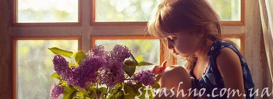 букет сирени девочка на окне