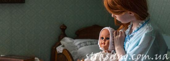 рыжая девочка с куклой