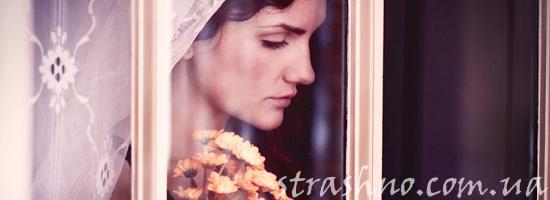 женщина брюнетка у окна