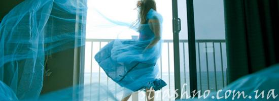 девушка у распахнутого окна