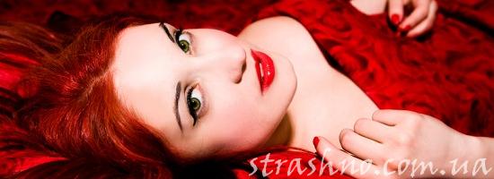рыжая девушка красное платье