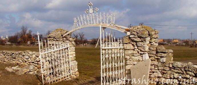мистика с кладбищенскими воротами