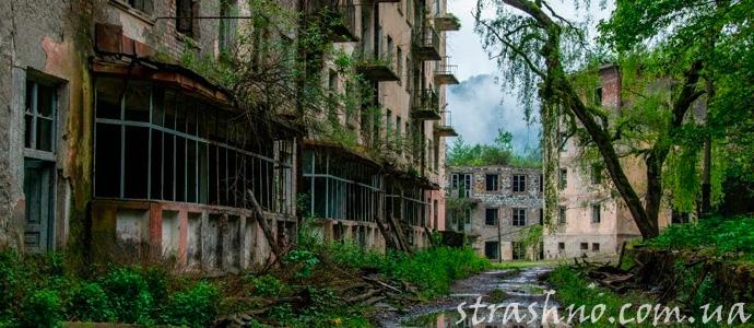 заброшенный городской дом