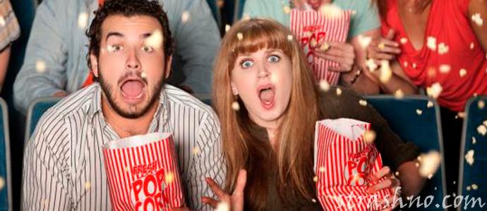 зрители смотрят фильм ужасов