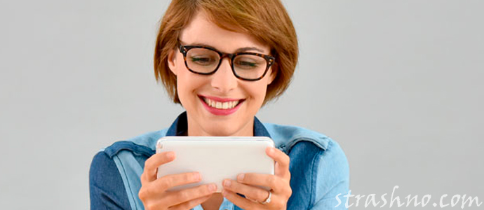 девушка пользуется мобильным приложением
