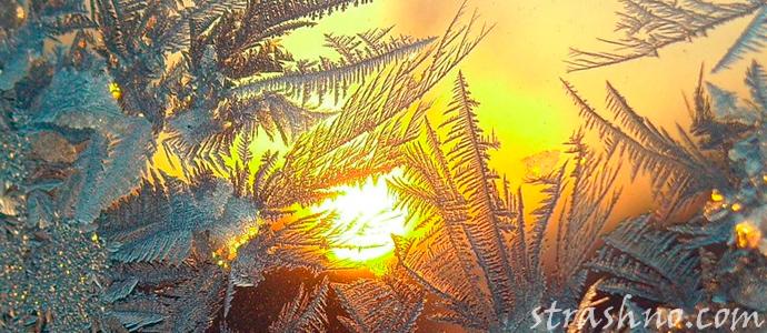 мистический морозный узор на стекле
