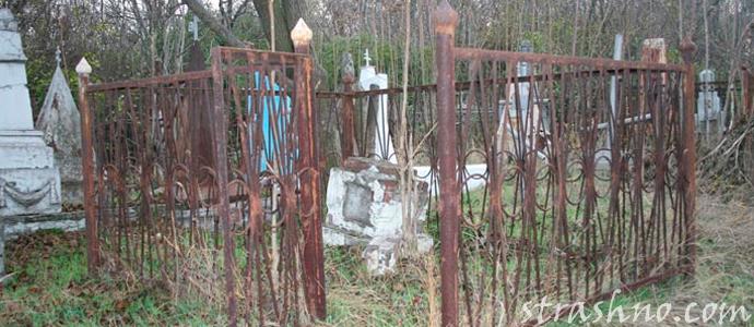старая ограда на кладбище