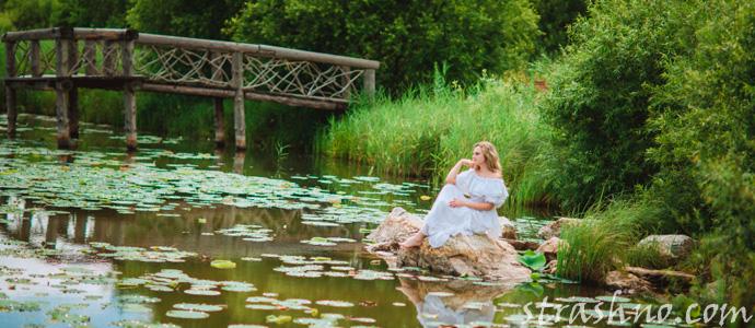 женщина в белом платье на озере
