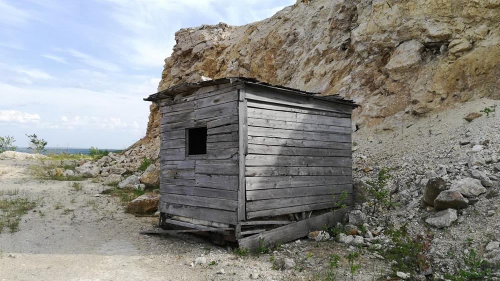 заброшенный домик под горой