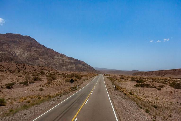 дорога с унылым пейзажем