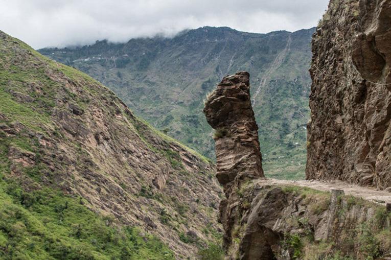 страшная дорога в скалах