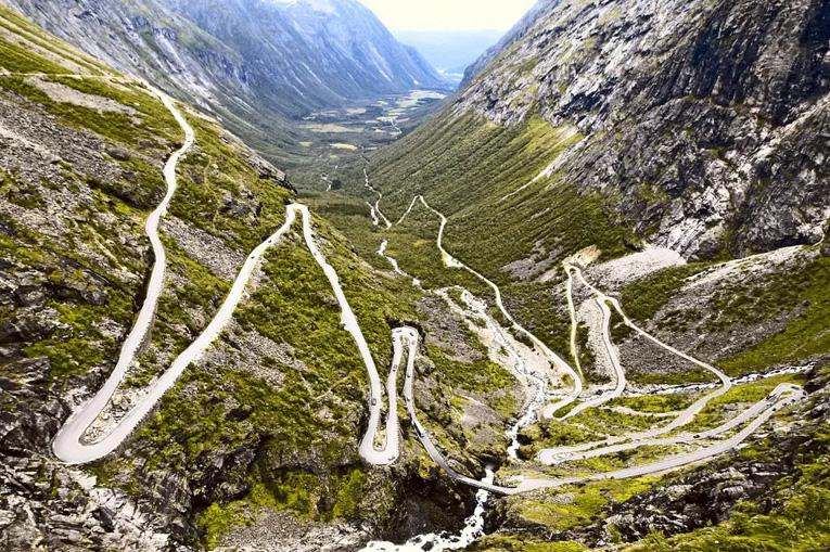 дорога в горах с страшными камнепадами