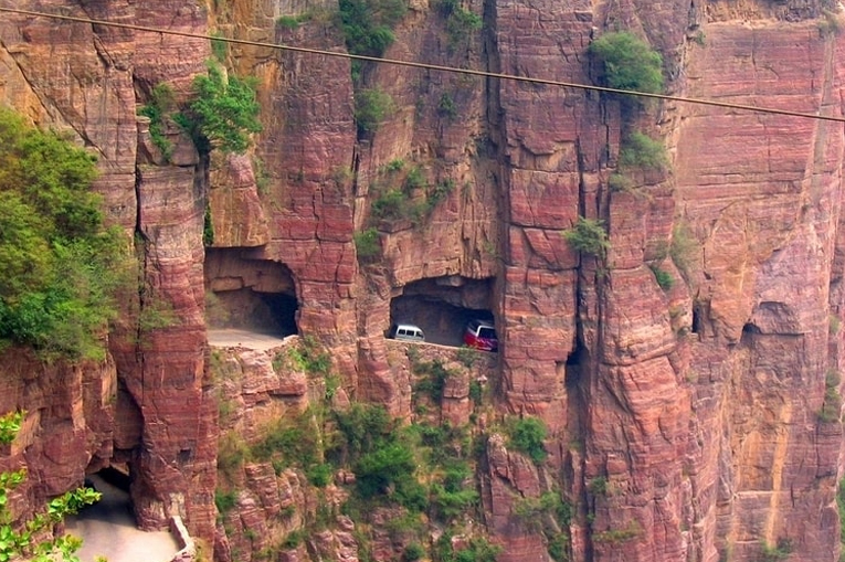 дорога в скалах