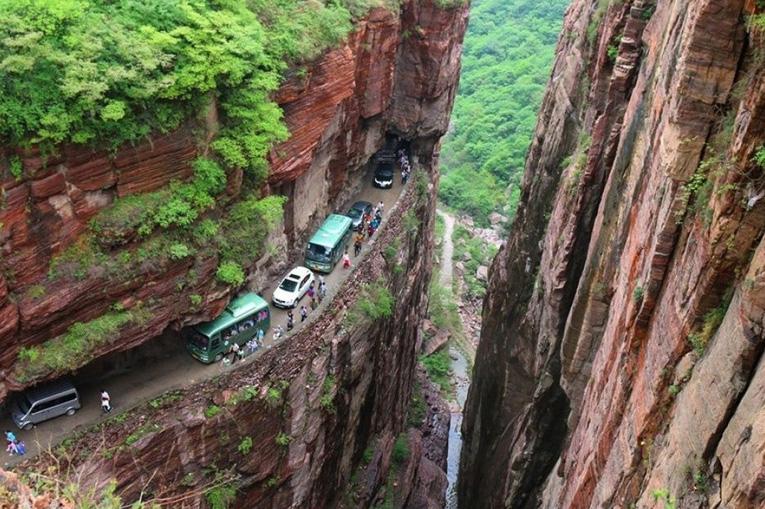 узкая дорога в скалах