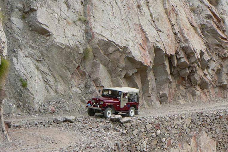 опасная дорога в скале