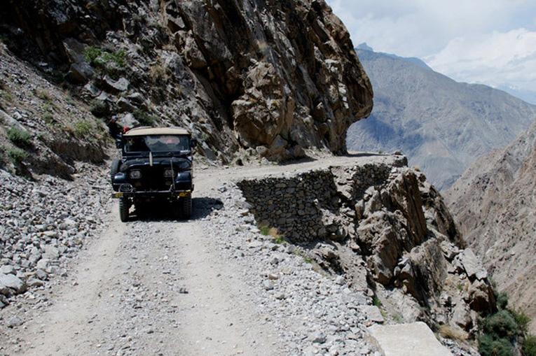 машина на скалистой дороге