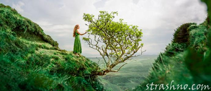 женщина в зеленом платье над обрывом