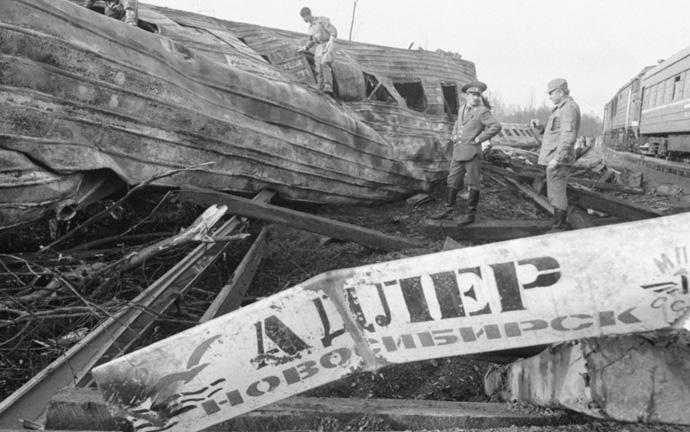 спасатели на месте крушения поездов Адлер-Новосибирск
