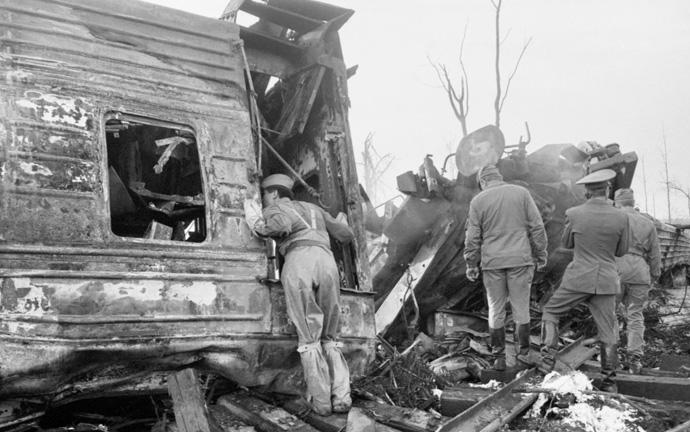 спасатели на месте железнодорожного крушения