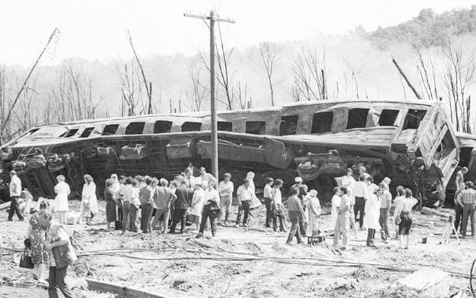 выжившие пассажиры возле сгоревшего поезда