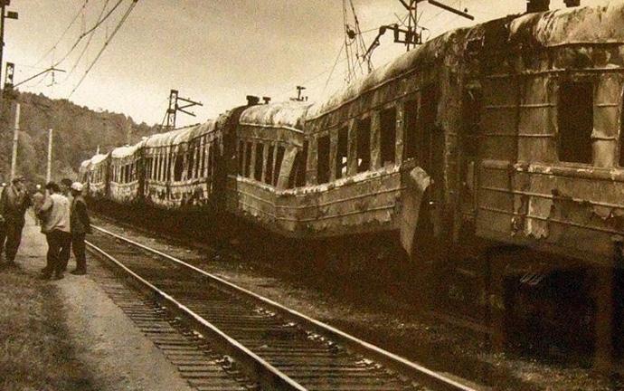 поврежденный в крушении поезд