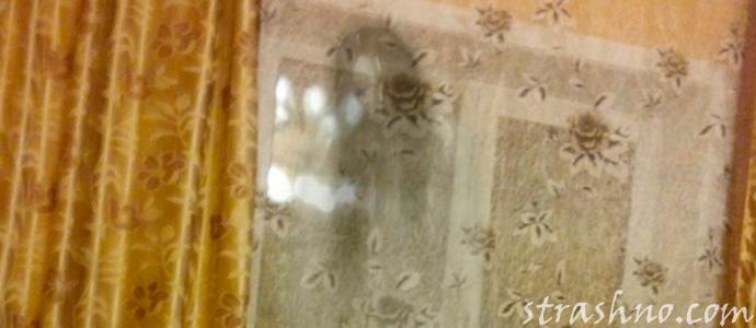 привидение смотрит в окно