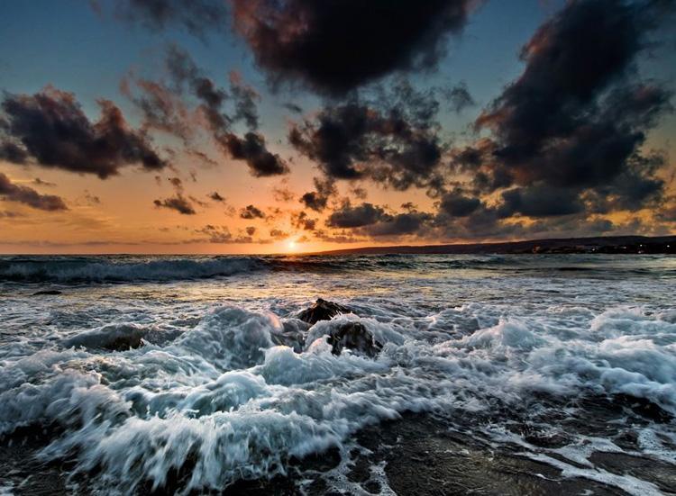 темные облака над морем