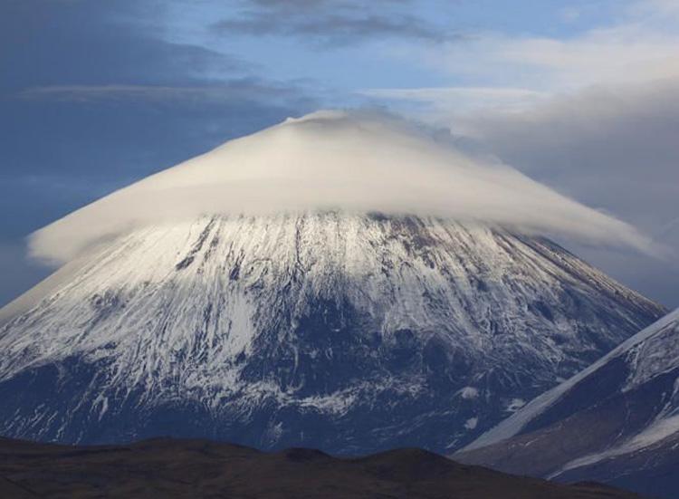 белое облако на вершине горы