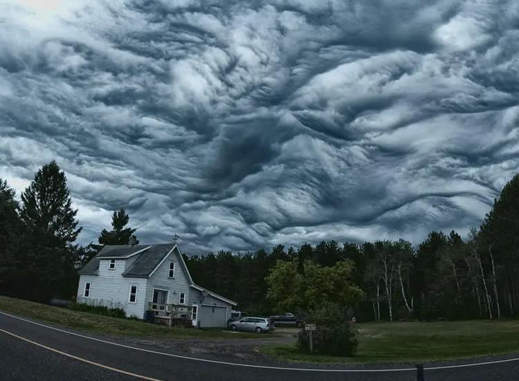 мрачные облака над домом