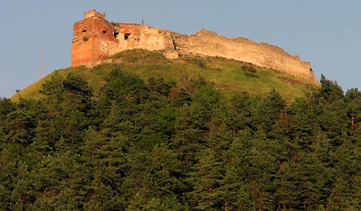 мистический замок на горе Бона