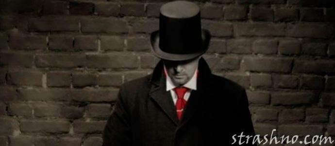 человек в черном плаще и шляпе