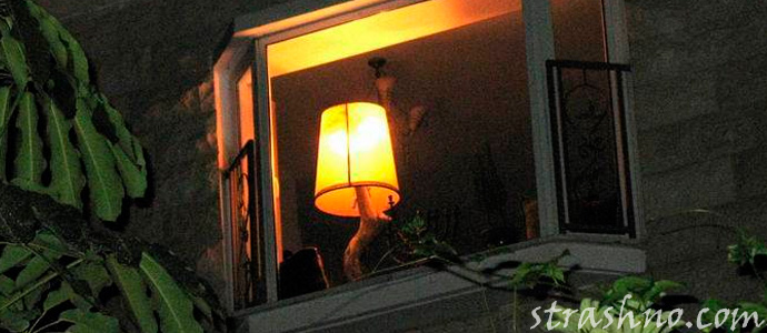 настольная лампа в ночном окне