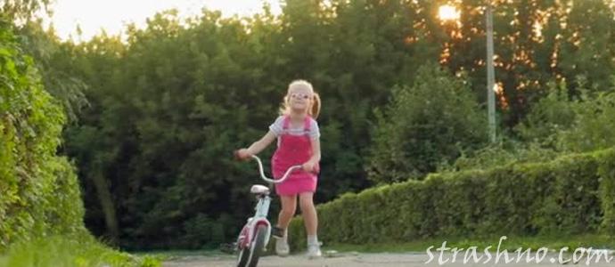 девочка на велосипеде в парке