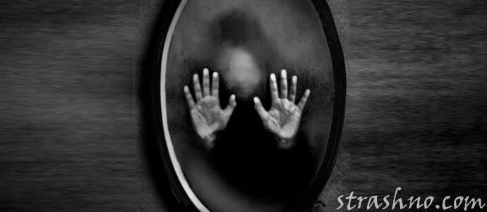 следы рук на зеркале