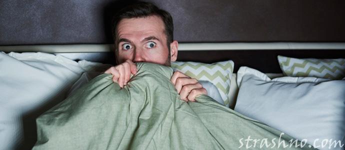 мужчина смотрит фильм ужасов