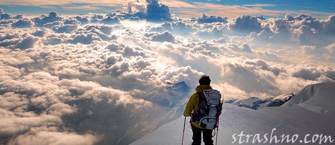 альпинист в горах